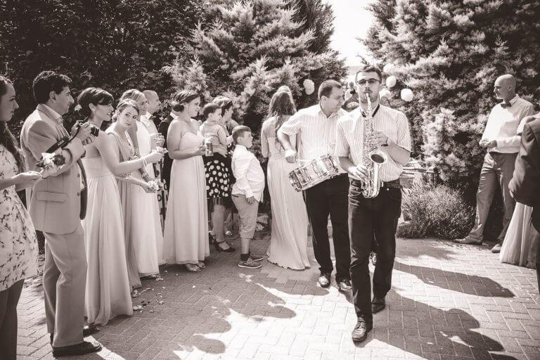 Zenére érkezik az ifjú pár